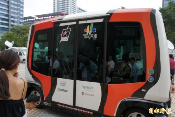 由法國生產的自動駕駛小巴士,上午在台北市政府東大門口試跑。(記者黃建豪攝)
