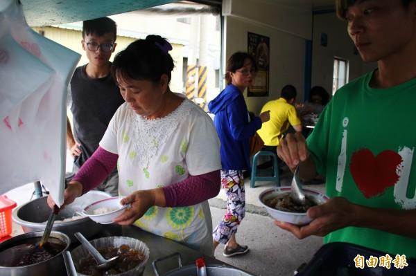 第三代古早味冰店由蔡玉蘭和兒子們經營。(記者林宜樟攝)