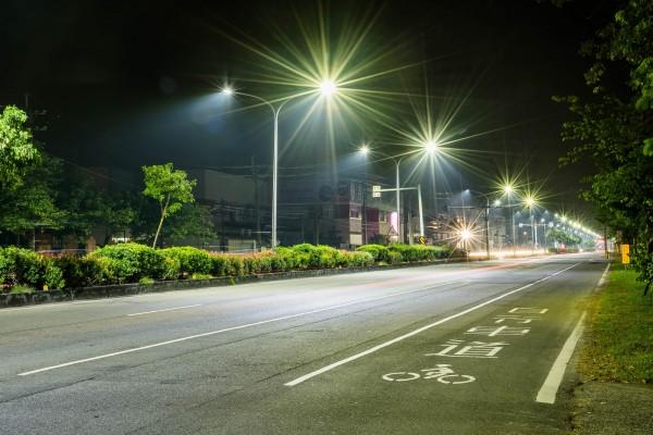 南市配合將全市14萬餘盞水銀路燈全部更換為LED路燈。(工務局提供)