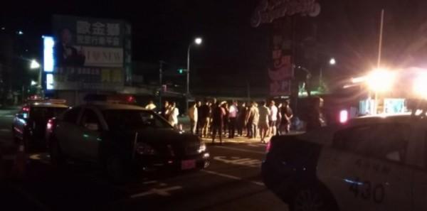50多名混混日前到新北市樹林興仁夜市破壞護欄、丟信號彈鬧事,樹林警分局出動快打部隊到場約制、逮回滋事者。(資料照,記者吳仁捷翻攝)
