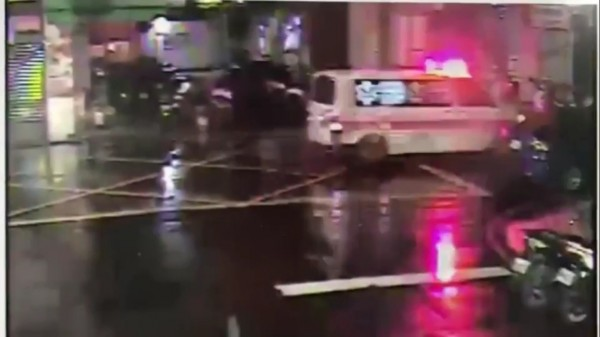 救護車停在社區門口準備將墜樓男子送醫急救。(記者曾健銘翻攝)