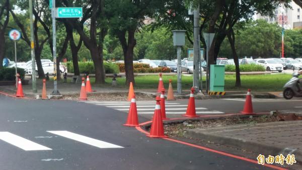新竹縣政府選定竹北市光明六路優先施工,希望一併改善舊人行道無障礙坡道和積水問題,讓行人的公共空間更加友善。 (記者廖雪茹攝)