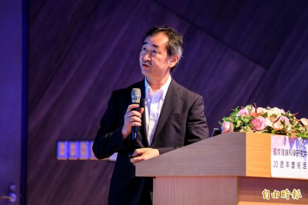 日本諾貝爾獎大師梶田隆章到清大演講,會後為學子簽名鼓勵他們。(記者洪美秀攝)