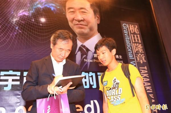 日本諾貝爾獎大師梶田隆章到清大演講,會後為學子簽名。(記者洪美秀攝)