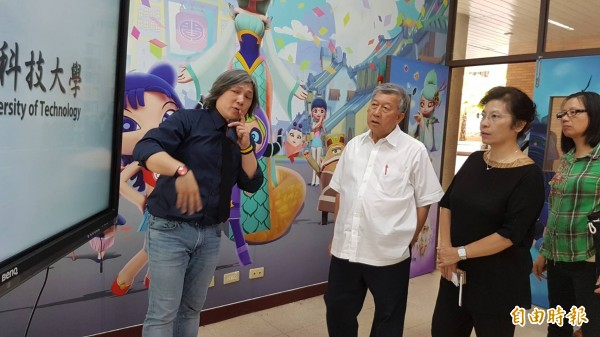 中國科技大學互動娛樂設計系主任施登騰(左),向新竹縣長邱鏡淳(中)等人介紹該系動畫、漫畫、娛樂基地的科技設施。(記者廖雪茹攝)