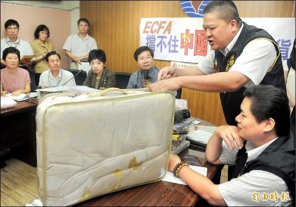 2012年間,中國寢具違法走私來台,政府無法可管,當時的台灣寢具產業團結聯盟理事長黃光藝與台聯立委舉行記者會抗議。(資料照)