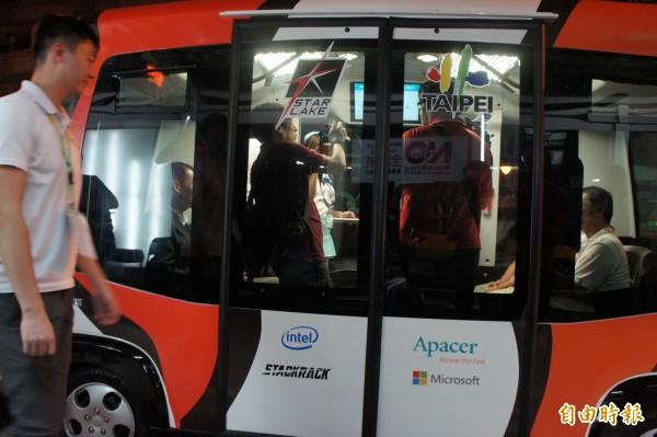 自動駕駛小巴士EZ10最高時速為每小時40公里,試驗過程中僅以每小時10公里前進。(記者黃建豪攝)