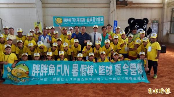 胖胖魚棒球夏令營已持續舉辦12年,陳其邁推崇說是台灣推展棒球運動的搖籃。(記者洪定宏攝)