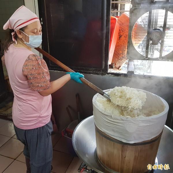 孝三路大腸圈,大腸圈的米飯都是用在地的台灣糯米,用檜木桶蒸煮,米飯香氣四溢。(記者俞肇福攝)