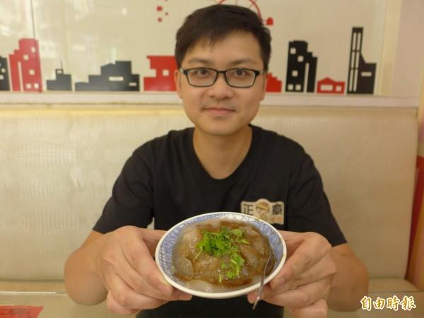 28歲年輕老闆林正章親力親為,自製自銷肉圓,要將彰化傳統好口味帶給饕客。(記者李雅雯攝)