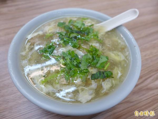 「正章肉圓」店內也供應肉羹湯、肉羹麵,羹湯喝起來爽口不膩,肉羹則有新鮮食材的自然甜味。(記者李雅雯攝)