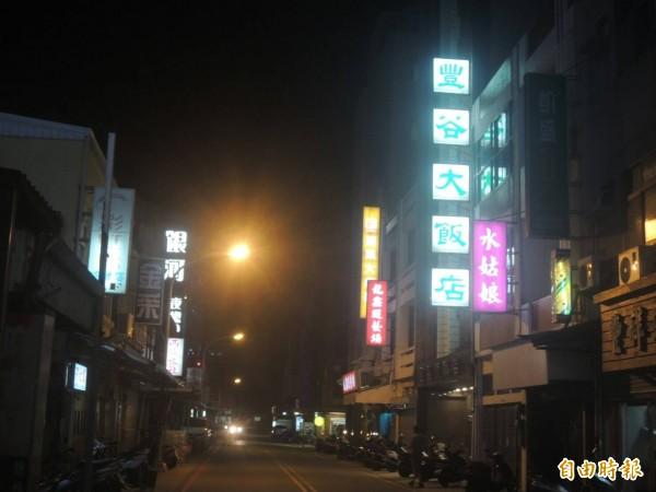 澎湖入夜後街道燈紅酒綠,處處都有溫柔鄉陷阱。(記者劉禹慶攝)