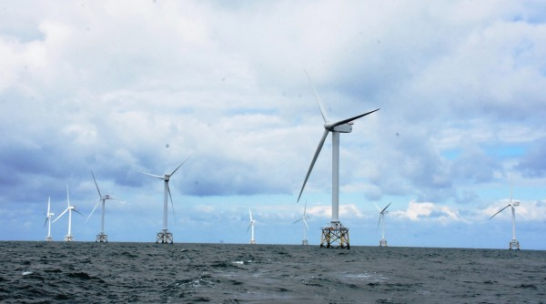 英國外海開發風力綠電,海上高聳一根根排列整齊的風機。(圖彰化縣政府提供)