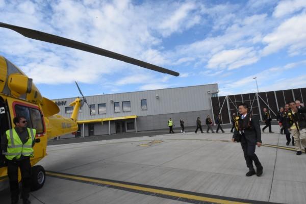 彰化縣政府參訪團搭乘直升機考察英國風場。(圖彰化縣政府提供)