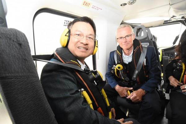 CIP 台灣區董事長艾卓儒(右)陪同彰化縣長魏明谷搭直升機考察CIP建構英國外海風場工程。(圖彰化縣政府提供)