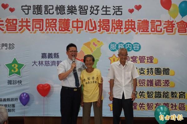 大林慈濟醫院邀請83歲失智長者謝碟(中)及家屬現身說法,分享參加社區據點的經驗。(記者曾迺強攝)