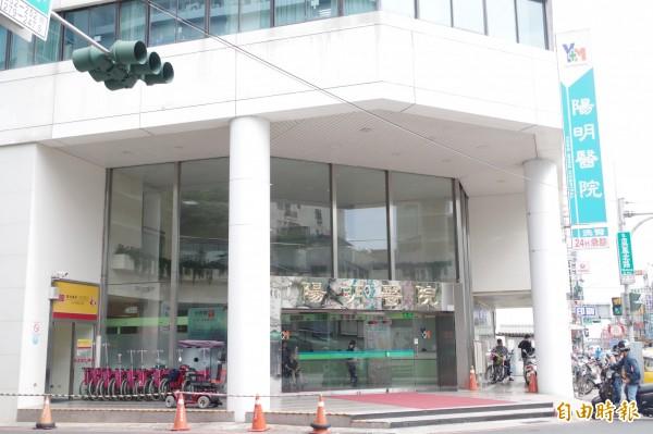 嘉義市陽明醫院大門玻璃今年4月遭蔡某等人持球棒砸毀。(記者王善嬿攝)