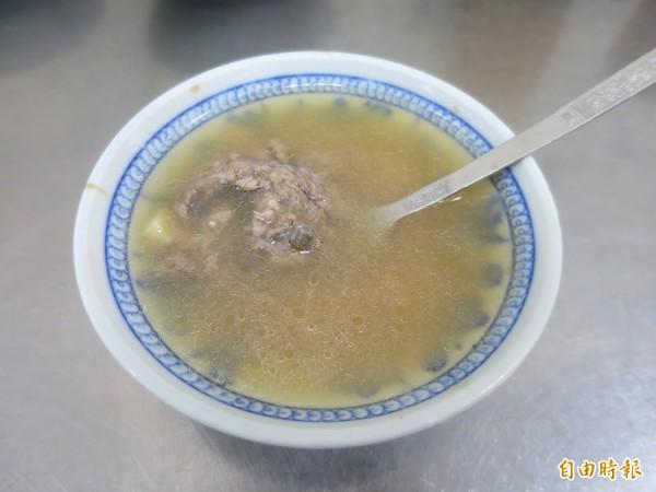 品嘗水里董家肉圓,店家建議「吃皮、留肉、再加湯」,享受肉圓與大骨湯混合的多重滋味。(記者劉濱銓攝)