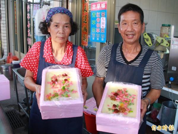 大城盒仔冰創始人蔡候(右)與妻子何秀鳳,把冰裝進保麗龍盒裡,結果成為特色,熱賣30年。(記者陳冠備攝)