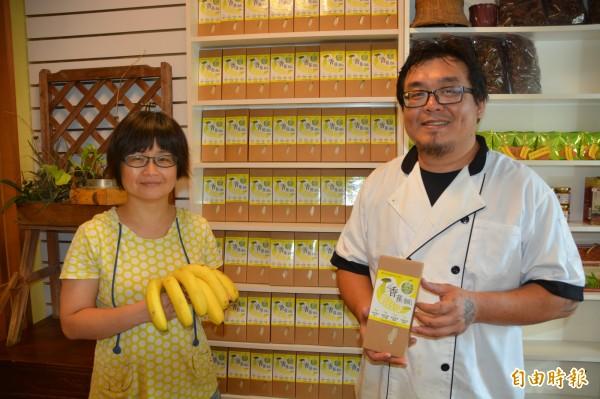 出生高雄美濃的38歲廚師鍾維銓(右),5年前到花蓮接下舅舅逾20公頃的芭蕉田,自慣行農法轉型為有機耕作,為延長過剩香蕉的附加價值,與夥伴莊儀潔(左)投入研發香蕉麵。(記者王峻祺攝)