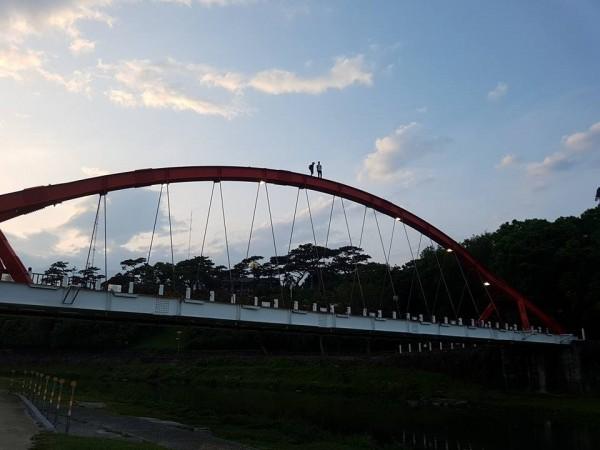 花蓮市知名景點菁華橋,昨晚6時30分有2名遊客疑似為了拍攝美崙溪出海口的黃昏美景,冒險闖入拱橋上的維修通道。(民眾范才達提供)