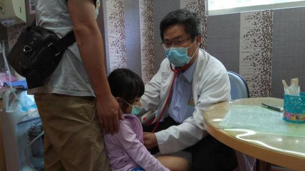 夏天天氣熱,一名小朋友去爬山,出現噁心頭暈症狀,送醫治療發現原來是中暑。(醫院提供)