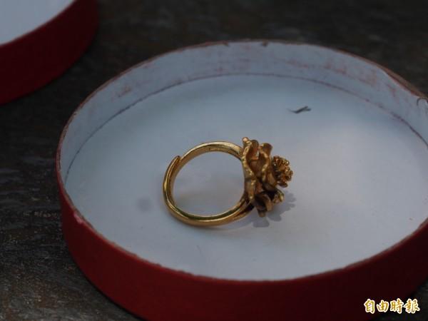 真金不怕火煉,蔣小姐用打火機試燒,卻把戒指燒黑了。(記者王秀亭攝)