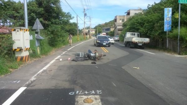 苗栗一名獨居老翁騎機車撞轎車,命危急救中。(記者蔡政珉翻攝)
