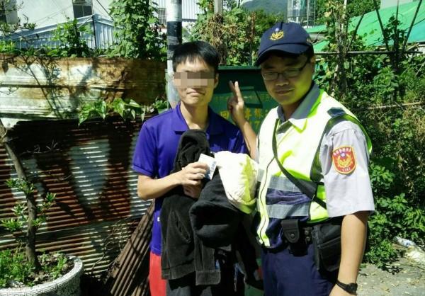 警方協助找回父親的私房錢,潘子連聲感謝。(記者陳賢義翻攝)