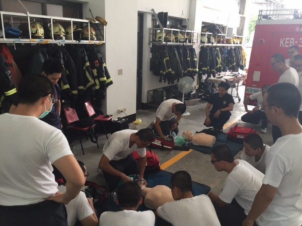 準醫師服消防替代役,認為可精進到醫院前的救護技能。(嘉義市消防局提供)