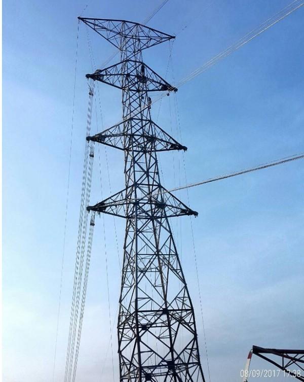 和平電廠鐵塔今日進行搭建回線作業。(圖由經濟部提供)