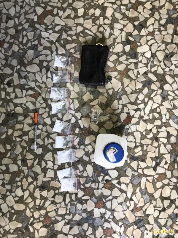北港警方昨在陳姓男子家中起出毒品及注射針筒。(記者陳燦坤攝)