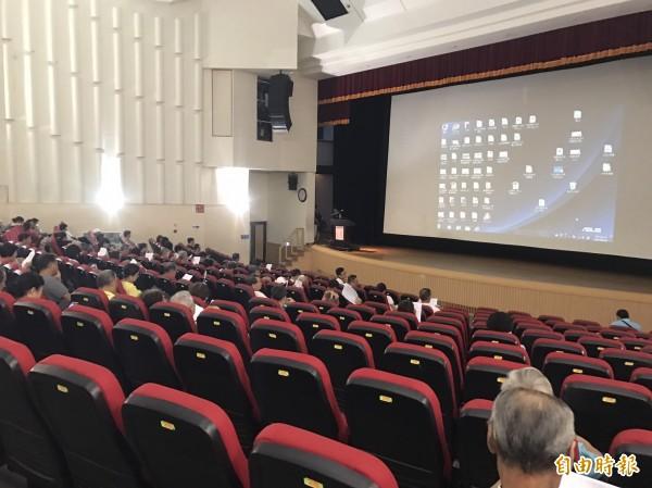 「年金改革三讀通過版」說明會在苗栗縣府文觀局舉辦兩場次,退休公務人員場次參加人員並不多。(記者張勳騰攝)