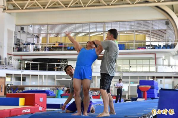 曾拿下莫斯科奧運金牌的Makuts,今指導宜蘭全運會奪金熱門之一的王奕翔修正動作。(記者張議晨攝)