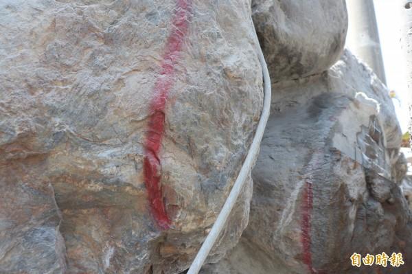 業者將要磨掉的石頭以紅線標註。(記者林敬倫攝)