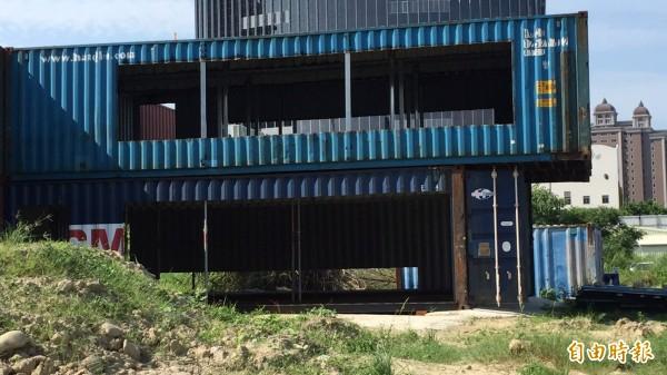 新竹縣政府表示,用貨櫃屋搭建建物,在造型和顏色上確實比較多變,對年輕人來說很有吸引力。(記者黃美珠攝)