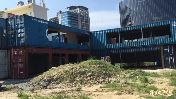 這座以貨櫃屋搭建的2層樓建物,很多人從外觀上看,猜測未來可能要做餐廳或是辦公室出租。(記者黃美珠攝)