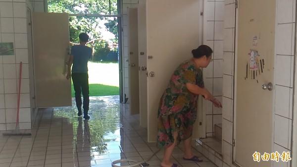 林中國小師生一起清洗學校廁所,為登山客創造友善如廁空間。(記者詹士弘攝)