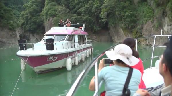 西拉雅國家風景區管理處舉辦「秘境峽谷交響樂」活動,觀光遊艇帶領遊客進入秘境峽谷,並以遊艇為舞台,演出古典音樂。(西拉雅國家風景區管理處提供)