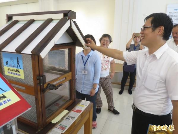 集集鎮在地社區發起漂書計畫,利用廢棄裝潢材料打造特色書箱,藉由分散在小鎮各處的圖書提升閱讀風氣。(記者劉濱銓攝)