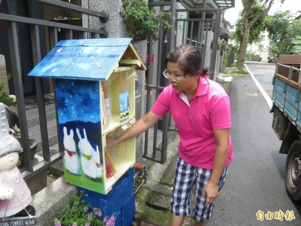 集集鎮在地社區發起漂書計畫,民宿主人忙著整理圖書,要讓往來的民眾、旅人可以隨手取閱。(記者劉濱銓攝)