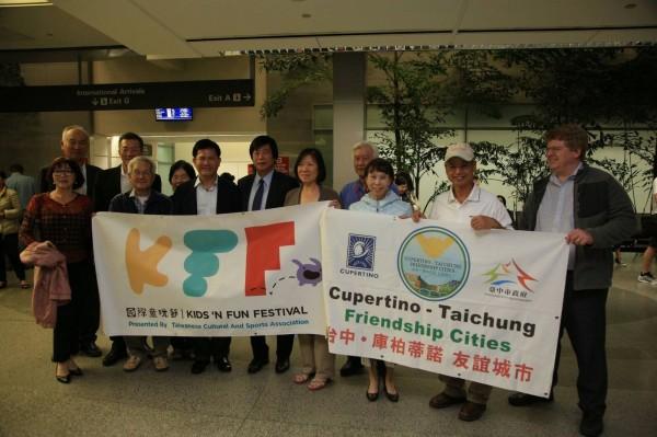 台中市長林佳龍一行人抵達舊金山,受到當地台僑熱烈迎接。(台中市政府提供)