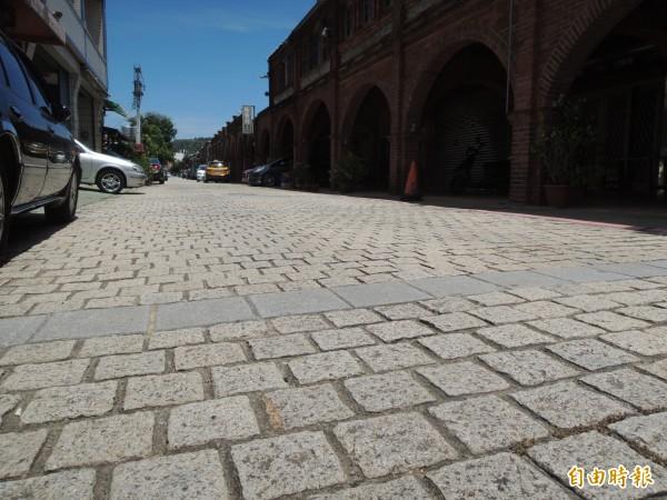 湖口老街現行小石塊鋪面的溝縫大,凹凸不平,常讓輪椅族和穿高跟鞋的遊客覺得很不好走。(記者廖雪茹攝)
