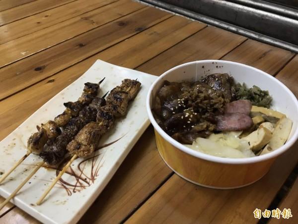 老闆推薦烤肉飯(右),除了主食外,烤物串也不容小覷。(記者周彥妤攝)