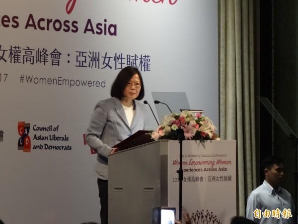 總統蔡英文今天於亞洲自由民主聯盟(CALD)與民進黨舉辦的女性高峰會開幕致詞。(記者蘇芳禾攝)