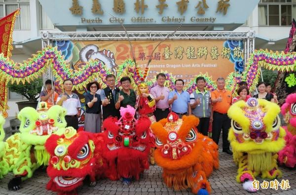 朴子市長王如經(中)、副議長陳怡岳(右五)、市民代表會主席黃基全(左四)等宣傳龍獅藝術節。(記者林宜樟攝)