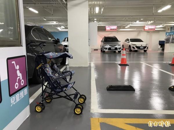停車場也提供租借嬰兒車、雨傘、工具及提供手機充電等便民服務。(記者王駿杰攝)