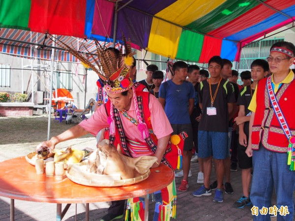 池上阿美族成年禮活動今天上午展開,新興部落頭目溫阿龍(中)在活動前祈福。(記者王秀亭攝)