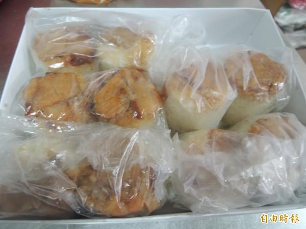 榮記米糕生意興隆,常有客人外帶十份米糕。(記者張軒哲攝)