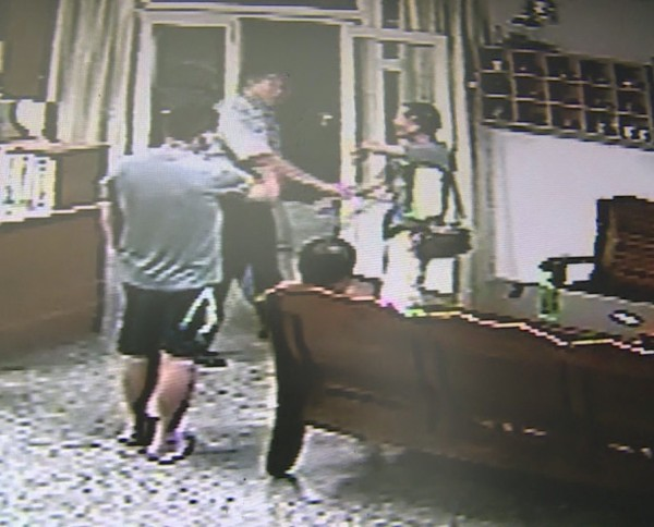 謝姓男子酒後跑到派出所,被指控以客家髒話罵值勤員警。(記者張勳騰翻攝)